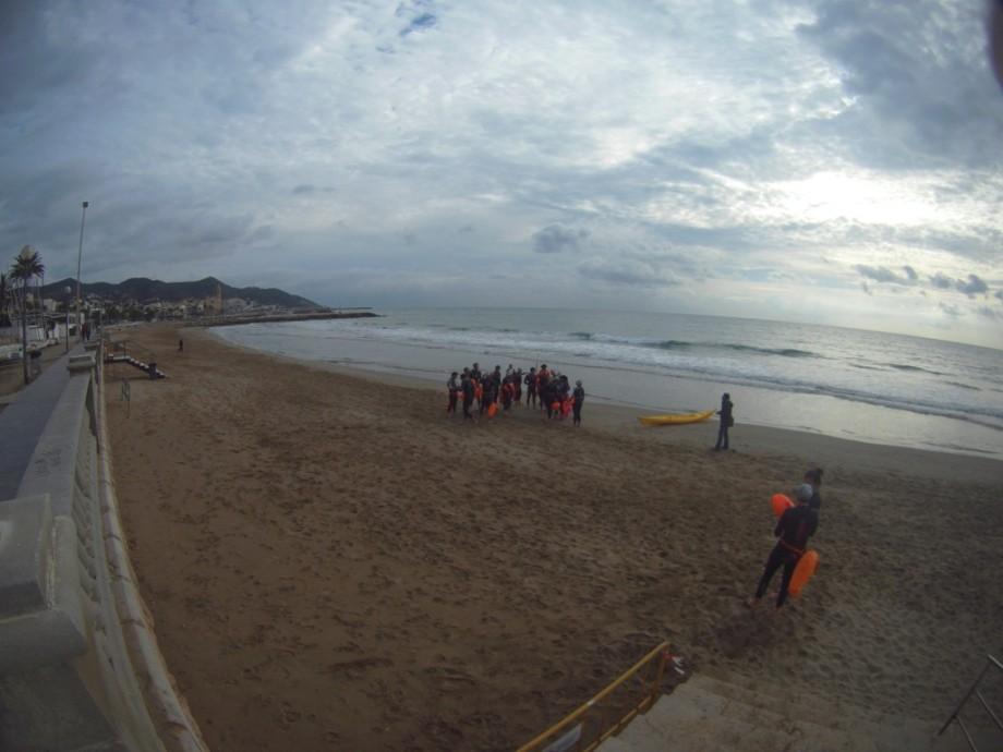 En la playa, con el pueblo al fondo