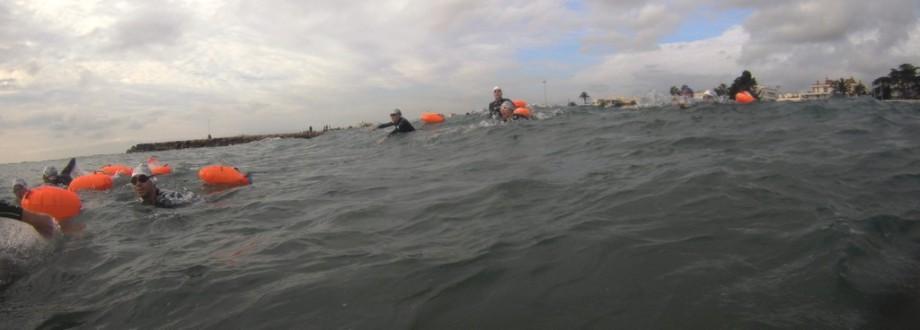 Luchando contra las olas para entrar en el agua