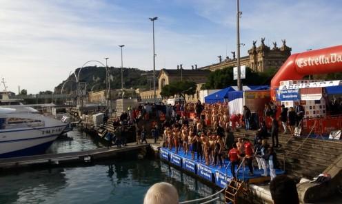 Absoluta masculina: los 77 participantes empiezan a tomar posiciones. En primera fila, con bañador completo, los que a la postre serían primero y segundo