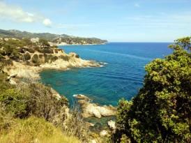 Cala Banys, con el camino de piedra que lleva a Lloret