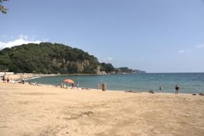 La playa de Santa Cristina; en el extremo norte, al pie del acantilado, empieza la Vía Brava
