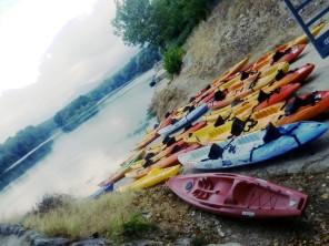 Los kayaks, listos para ser echados al agua