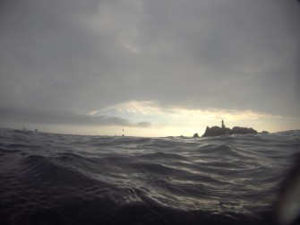 Las Formigues, a tocar. Hasta 2017, en esa primera boya dábamos vuelta hacia Llafranc. Este año, aún nadamos unos cuantos metros junto a las islas.