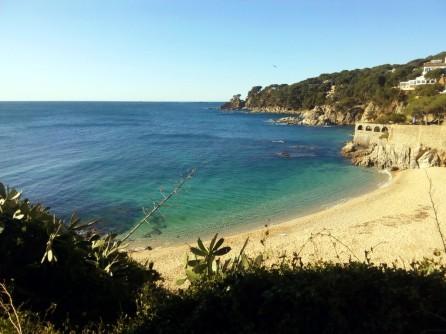 """Playa de Port Pelegrí, punto de partida y llegada. El día del """"reconocimiento"""" hacía sol; pero fuera de la protección de la playa, las olas eran considerables"""