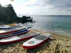 Cada grupo va acompañado por un paddle-surf (y una barca que lo sigue de lejos)