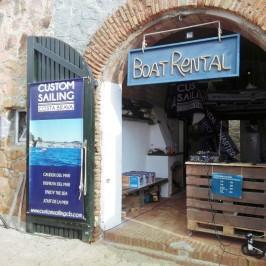 El coqueto local de Custom Sailing Costa Brava, en la playa de Port Pelegrí