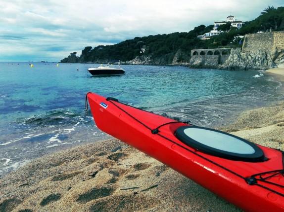 Unos cuantos kayaks ayudaban a supervisar a los nadadores