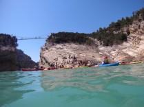 El embarcadero de Seguer, lleno: de gente, de kayaks, de carpas