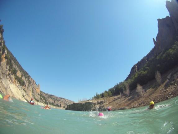 Antes de entrar en el desfiladero, nadamos bastante desperdigados
