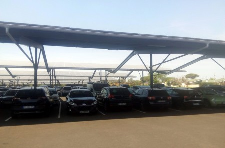 Uno de los 22 aparcamientos gratuitos. Las cubiertas para sombra tienen paneles solares en la parte superior